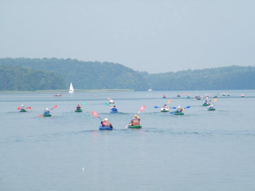 50 kajaków trasy Relax na Jeziorze Drawskim - niezłe regaty