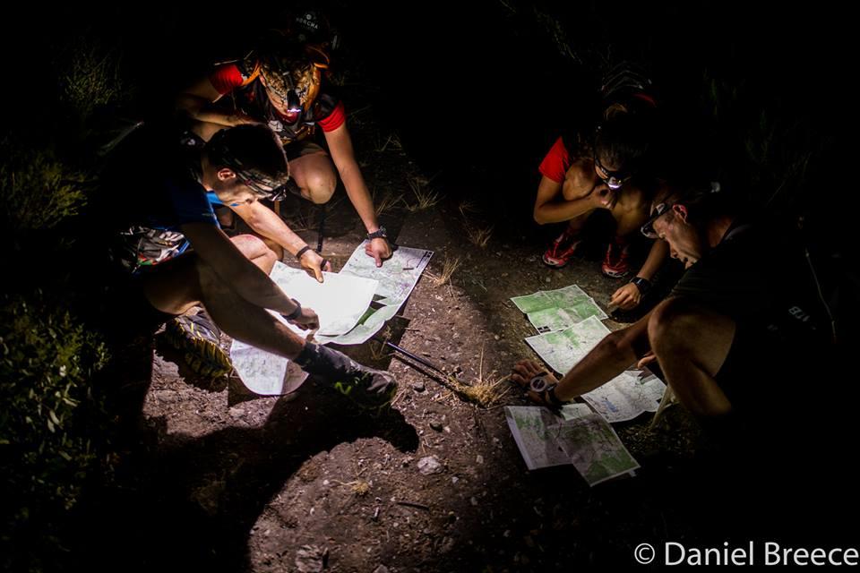 Ogarnianie map na nocnym trekkingu. Jeden odcinków między dwoma CP rozciągał się na trzech arkuszach A3.