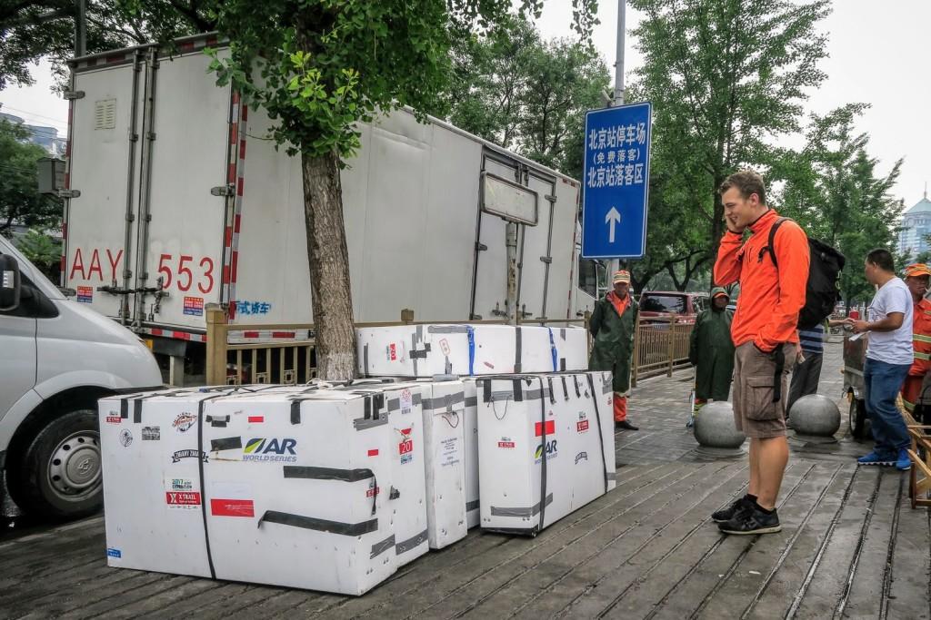 Na dużych rajdach rowery jadą na przepaki w dużych skrzyniach tzw. Bike Boxach. Po dotarciu na miejsce zespół musi najpierw skręcić rower