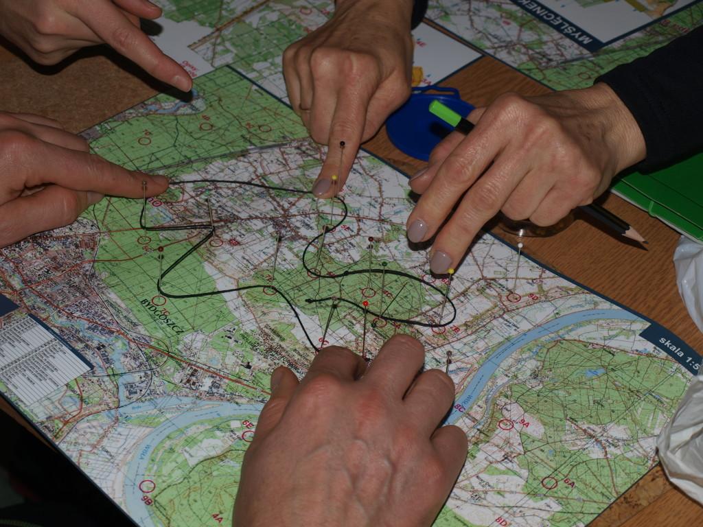 Jedna z metod planowania trasy - szpilki i nitka :)
